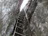 Die schräge, senkrechte Leiter durch den Kamin.