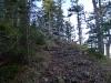 Steil bergan am breiten Grat.
