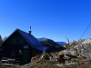 Gauermannhütte und Gipfelkreuz.