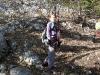 Der Steig ist erdig, anfangs wenig steil und immer wieder mit Fels durchsetzt.